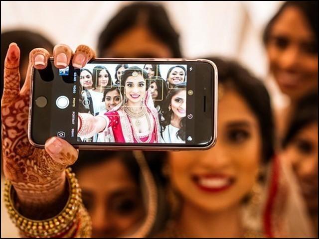 اکثر لوگوں کا خیال ہے کہ آج کے دور میں ایسی بیوی ملنا تقریباً ناممکن ہے جو سوشل میڈیا استعمال نہ کرتی ہو۔ (فوٹو: انٹرنیٹ)