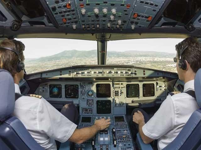 اگر جہاز اور کپتان اور فضائی میزبان عورتیں جہاز سے اترتے ہیں اور قیام کا انتظام کرتے ہیں تو کورونا ٹیسٹ لازمی ہوتا ہے۔  (فوٹو: فائل)