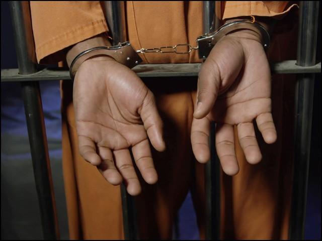 ایک ہی گانا گھنٹہ تک بار بار سنوانے پر جیل اہلکاروں کا مقابلہ اور بے رحمی کا مقدمہ درج کیا گیا۔  (فوٹو: انٹرنیٹ)