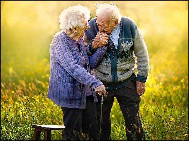 یہ خیال عام ہے کہ شادی کو طویل عرصہ گزرنے کے بعد میاں بیوی کی شکلیں ایک دوسرے سے ملنے لگتی ہیں۔ (فوٹو: انٹرنیٹ)