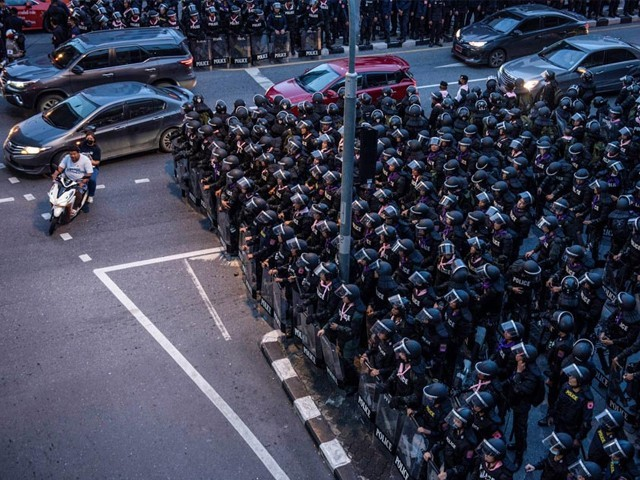 مظاہرین وزیراعظم پرایوتھ سے مستعفی ہونے اور دوبارہ الیکشن کرانے کا مطالبہ کررہے ہیں