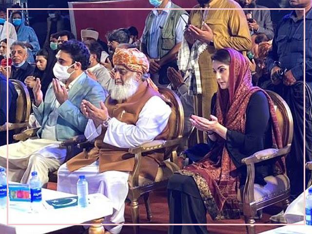باغ جناح میں جلسے کے اسٹج پر پی ڈی ایم کے قائدین موجود ہیں (فوٹو : ٹویٹر)