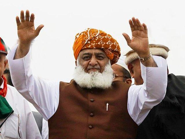 ملک کو حقیقی جمہوریت کی پٹڑی پرلانا ہے، مولانا فضل الرحمان: فوٹو: فائل