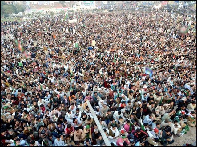 عوام کی بڑی تعداد جلسوں میں موجود ہوتی ہے۔ (فوٹو: انٹرنیٹ)