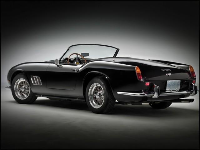 سیاہ رنگ کی اس کار '' فیراری 250 جی ٹی ایس ڈبلیو بی کیلیفورنیا اسپائیڈر '' جو 1961 میں تیار تھی تھی۔  (فوٹو: انٹرنیٹ)