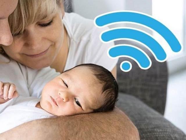 سوئزرلینڈ کے والدین نے مفت وائی فائی کے لیے اپنی بچی کا نام انٹرنیٹ کمپنی کے نام پر رکھ دیا ہے۔ فوٹو: فائل