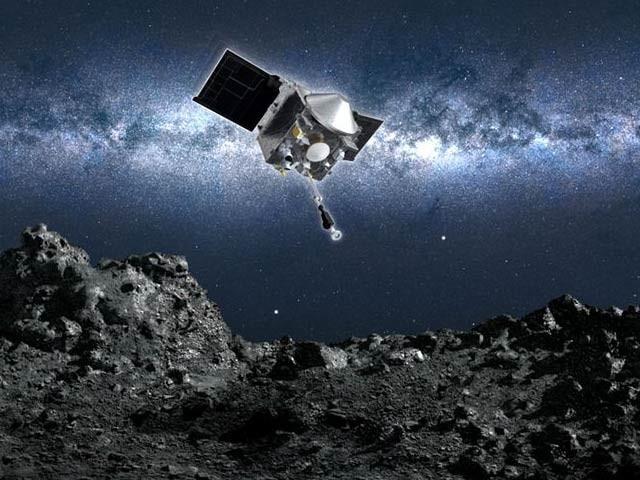 ناسا کا خلائی جہاز اوسائرس ریکس سیارچہ بینوں پر اترگیا ہے اور وہ جلد وہاں سے مٹی کے نمونے لے کر زمین پر واپس آئے گا (فوٹو: ناسا)