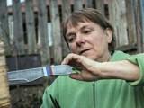 گولینا چووینا نے شوقیہ چاقو پھینکنے کا مشغلہ شروع کیا اور اب تک وہ لاتعداد اعزازات اپنے جنام کرچکی ہیں۔ فوٹو: فائل