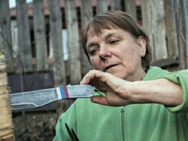گولینا چوووینا نہیں شوقیہ چاقو پھینکنے کا مشورہ شروع کیا اور اب تک وہ لاتعداد اعزازات اپنے جنام کرچکی ہیں۔  فوٹو: فائل