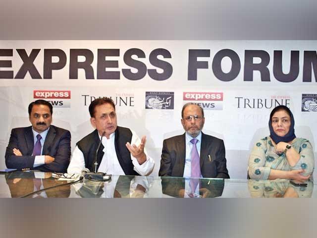 ایکسپریس فورم میں ڈاکٹر اعجاز بٹ، ڈاکٹر ارم خالد، ڈاکٹر ارشد، سلمان عابد شریک گفتگو ہیں  ۔  فوٹو :  ایکسپریس