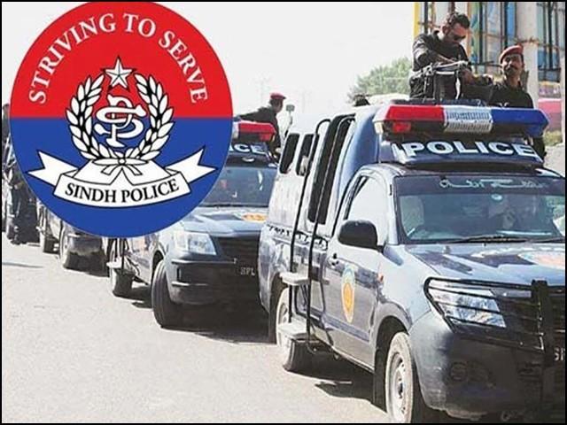 کیا ہمیشہ کی طرح سندھ پولیس کی پشت پر سیاست کا ہاتھ پھیرا گیا ہے؟ (فوٹو: فائل)