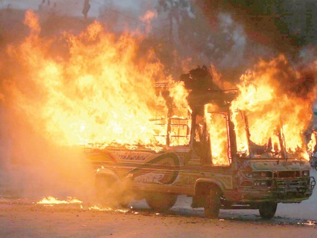 مسافر کوچ کراچی سے کوئٹہ آرہی تھی کہ اس دوران اس میں آگ لگ گئی فوٹو:فائل