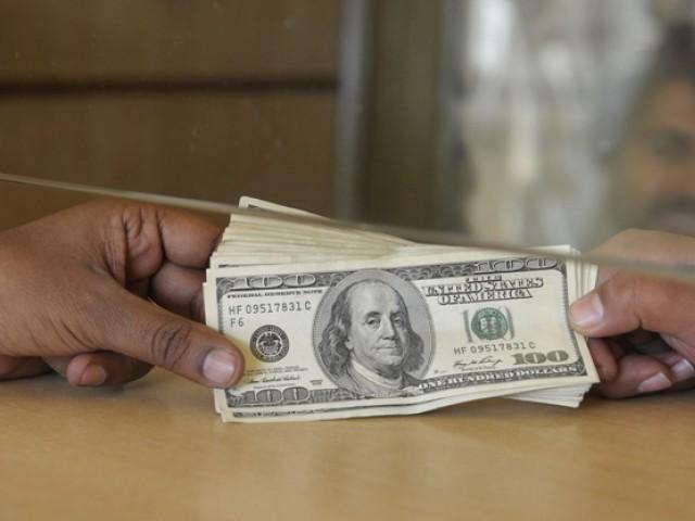 انٹربینک میں ایک امریکی ڈالر کی قدر 161 روپے 36 پیسے رہی فوٹو: فائل