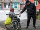 خاتون معذوری کی اداکاری کرتے ہوئے وہیل چیئر پر بھیک مانگا کرتی تھی، فوٹو : فائل