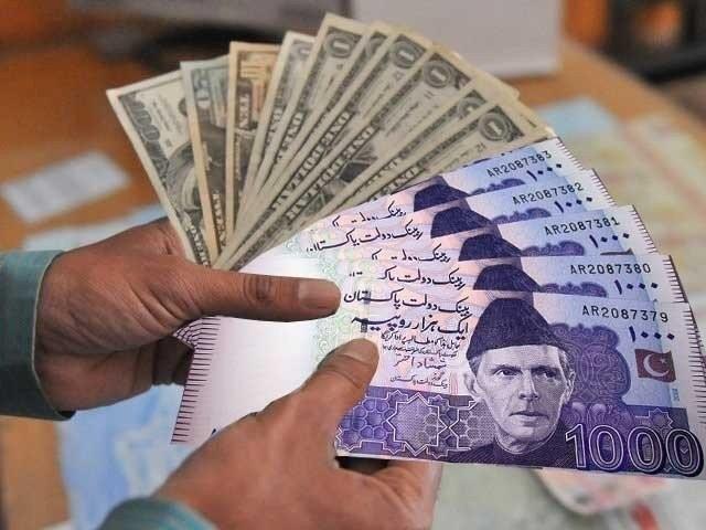 انٹربینک میں ڈالر کی قدر مزید 32پیسے جب کہ اوپن کرنسی مارکیٹ میں ڈالر کی قدر 60 پیسے کی کمی واقع ہوئی ۔ فوٹو : فائل