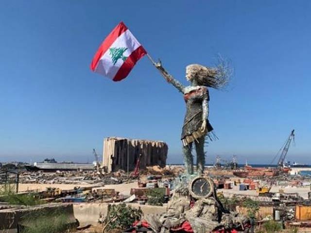 لبنانی فن کارہ حیات نظر نے لبنان دھماکے کے ملبے سے ایک بڑا مجسمہ تعمیرکیا ہے۔ فوٹو: سی این این