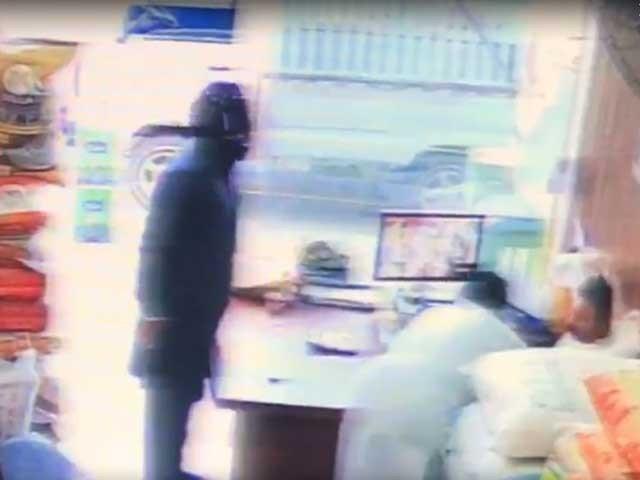 آٹا چکی میں ہونے والی واردات کی فوٹیج سامنے آگئی(فوٹو، اسکرین شاٹ)