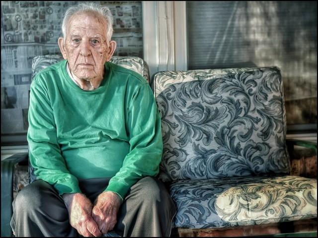 بزرگوں میں تنہائی پسندی، اکتاہٹ اور ارد گرد کے ماحول سے لاتعلقی کو نظر انداز نہیں کرنا چاہیے۔ (فوٹو: انٹرنیٹ)