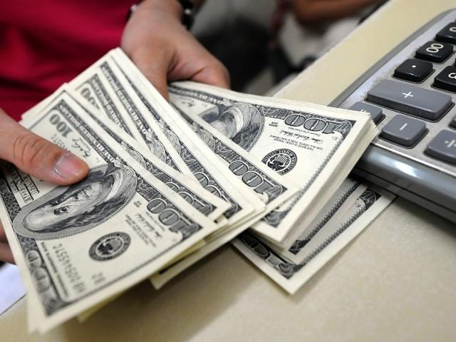 زرمبادلہ کی دونوں مارکیٹوں میں ڈالر کے مقابلے میں روپیہ مسلسل تگڑا ہورہا ہے(فوٹو، فائل)