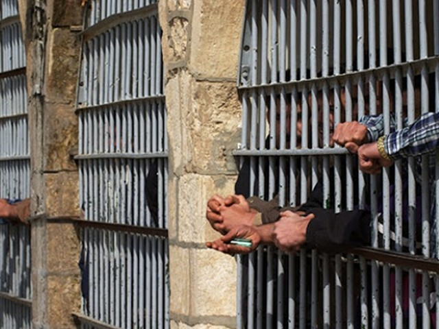 ہنگامہ آرائی کے دوران قیدیوں نے بیرک کو بھی آگ لگادی۔ فوٹو : فائل
