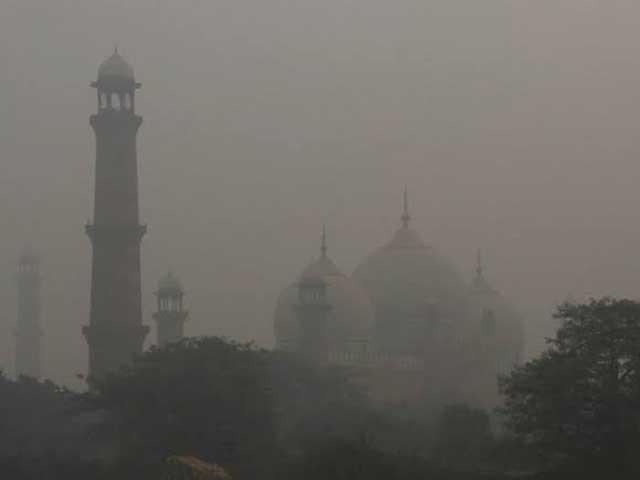 خشک موسم اور آلودگی کے باعث شہر میں نزلہ، زکام اور کھانسی کا مرض عام ہورہا ہے(فوٹو، فائل)