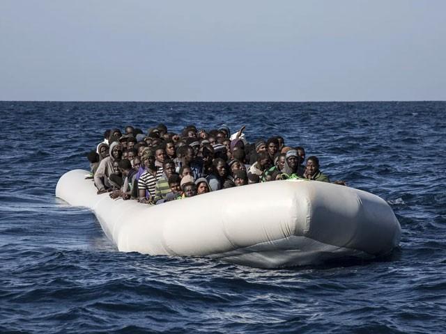 کشتی میں 200 سے زئاد تارکین وطن سوار تھے۔ فوٹو : فائل