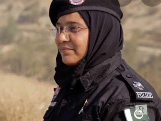 اے ایس آئی صائمہ شریف کی خدمات کے اعتراف میں ان کو اعزازی سند بھی عطا کی گئی ۔ فوٹو : ایکسپریس