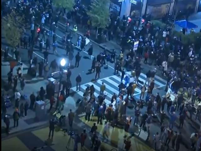 صدر ٹھیسٹوں کے حامیوں اور مخالفین کی مختلف احتجاجی مظاہروں میں واقعہ (فوٹو ، اسکرین گریب)