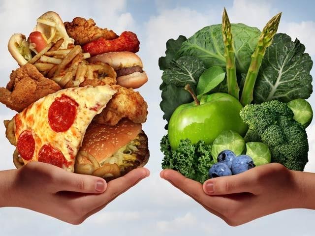 تصویر میں دائیں جانب کی غذائیں آپ کے جسم اور دل کی دوست ہیں جبکہ دوسری جانب مرغن اور جنک فوڈ آپ کو کئی بیماریوں میں متبلا کرسکتے ہیں۔ فوٹو: فائل