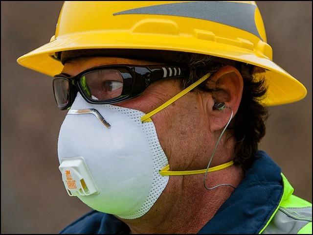 فلٹر والا ماسک پہننے والے خود کو تو کورونا وائرس سے محفوظ کررہے ہوتے ہیں لیکن دوسروں کو خطرے میں ڈال دیتے ہیں۔ (فوٹو: انٹرنیٹ)