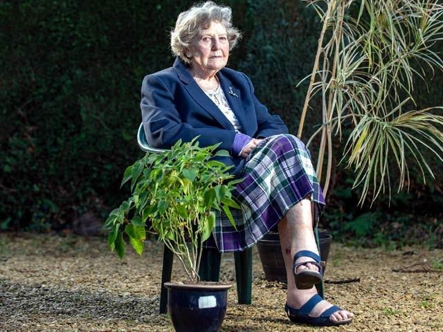 خواتین خواتین رومیزری فرینک گھڑیاں گرنے کے بعد بے حس ہوسکتی ہیں اور دو روز تک مٹحی کھاکر زندہ اکثریت (فوٹو: دی پیپل میگزین)