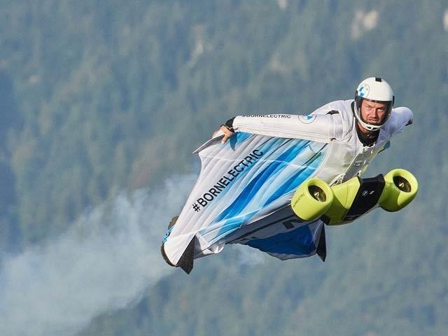 بی ایم ایم ڈبلیو کی برقی وِنگ سوٹ کی مشق کا تجربہ پیٹر سالزمان ہے جو 300 کلومیٹر فی گھنٹہ کی رفتار سے پرواز کے کمرے سے چل رہا ہے۔  فوٹو: بی ایم ڈبلیو