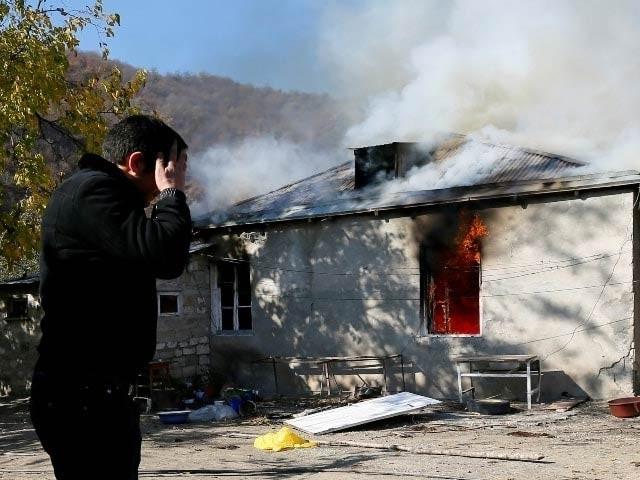آرمینیائی باشندوں نے معاہدے کے تحت علاقہ چھوڑنے سے پہلے اپنے گھر والوں کو آگ لگادی ہے (فوٹو ، رائٹرز)