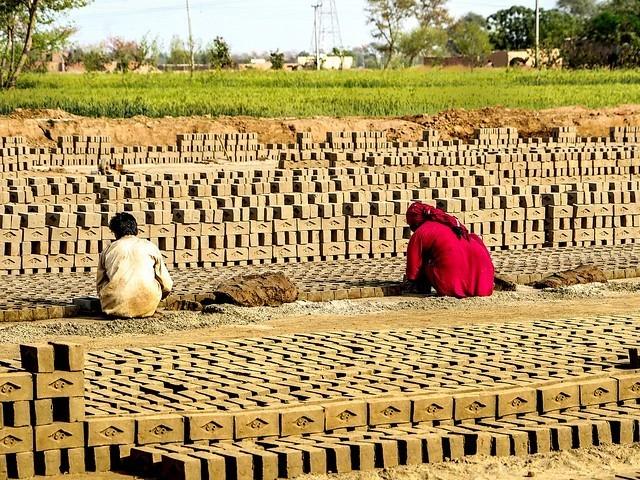 پنجاب میں 10294 بھٹوں میں سے 2330 بھٹے زگ زیگ پر منتقل کئے جاچکے ہیں فوٹو: فائل