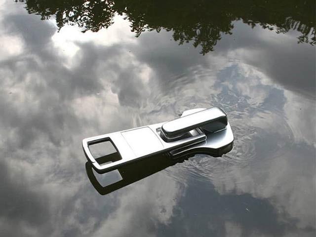 جاپانی ڈیزائنر نے عین زپ کے ناکے والی کشتی بنائی ہے جو ہوبہو اسٹیل کی دکھائی دیتی ہے۔ فوٹو: بورڈپانڈا
