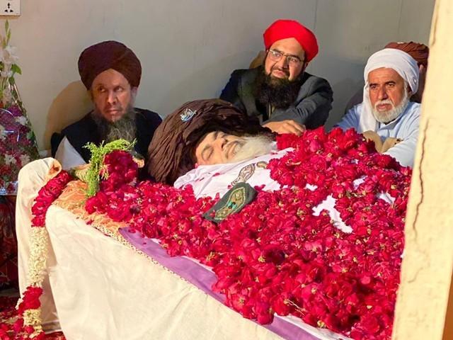 علامہ خادم حسین رضوی کی نماز جنازہ سے قبل کی ایک تصویر (فوٹو : نیوز ایجنسی)