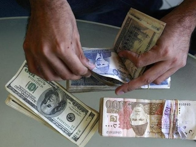 اوپن کرنسی مارکیٹ میں بھی ڈالر کی قدر 161 روپے پر بند ہوئی فوٹو: فائل