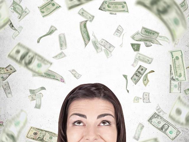 خاتون کو معلوم نہیں تھا کہ کلرک کی غلطی سے بیہٹھے بٹھائے مالا مال ہوجائیں گی۔ (فوٹو، فائل )