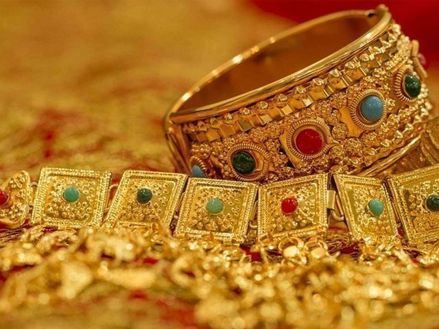 فی تولہ سونے کی قیمت بڑھ کر ایک لاکھ 13 ہزار 300 روپے ہوگئی .  (فوٹو: فائل)