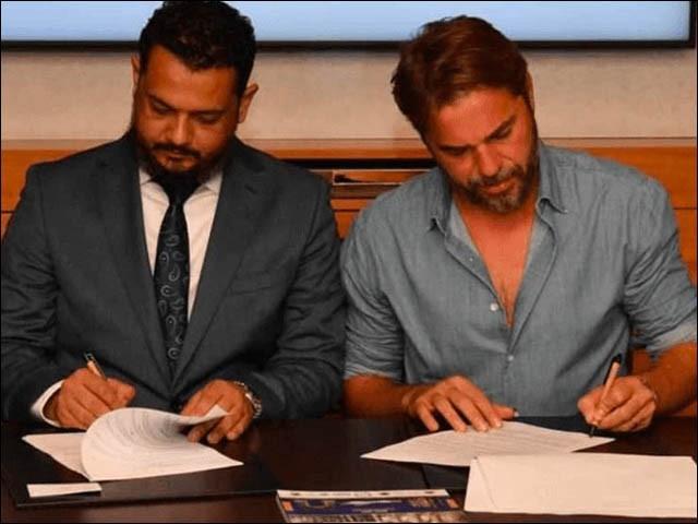 ترک اداکار اور بلیو ہاؤسنگ سوسائٹی کے درمیان معاہدہ سائن ہونے کی فائل فوٹو