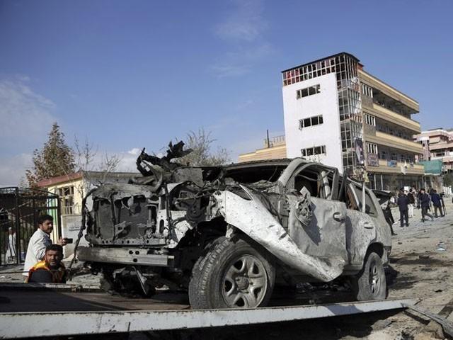 گاڑی میں موجود چاروں افسران شدید زخمی ہوگئے، فوٹو : فائل
