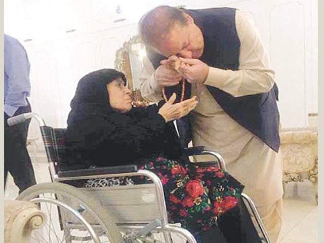 نواز شریف کی والدہ شدید علالت کے باوجود فروری میں لندن روانہ ہوئی تھیں۔ فوٹو : فائل