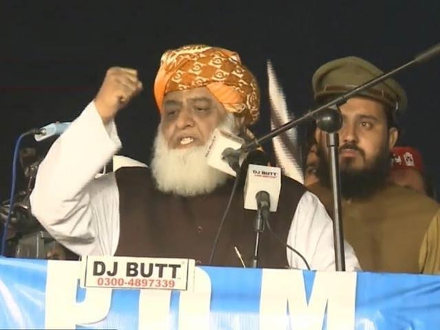 سربراہ پی ڈی ایم مولانا فضل الرحمان نے پشاور جلسے سے خطاب میں حکومت کو کڑی تنقید کا نشانہ بنایا(فوٹو، فائل)