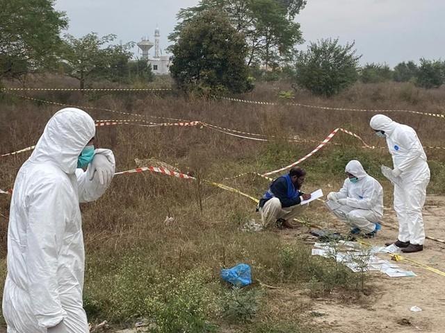 دہشت گرد کی لاش کو میو اسپتال کے مردہ خانے منتقل کردیا گیا ہے فوٹو: ایکسپریس