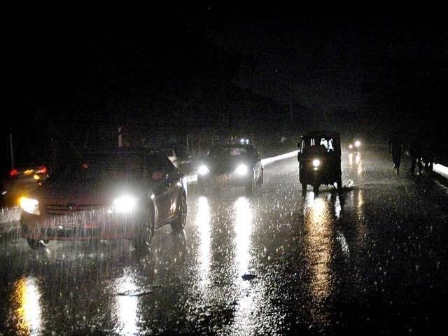 بارش کا پہلا قطرہ گرتے ہی شہر کے مختلف علاقوں کی بجلی بند، اگلے دو دونوں میں معمول سے تیز سرد ہوائیں چلنے کا امکان (فوٹو: فائل)