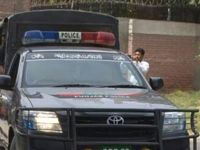 شہریوں نے چور کی درگت بنانے کے بعد اسے پولیس کے حوالے کر دیا فوٹو: فائل