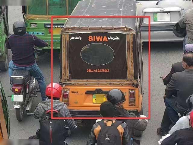 پکڑے جانے والے رکشہ مالک کے ذمے کل واجب الادا  رقم 9 ہزار 800 روپے ہے، ترجمان ٹریفک پولیس۔ فوٹو:ایکسپریس