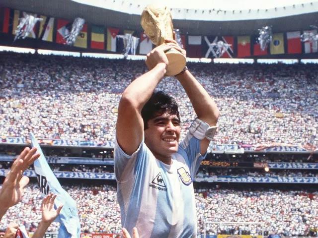 میرا ڈونا نے 1986 میں ارجنٹائن کو فٹبال کا عالمی چیمپئن بنوانے میں اہم کردار ادا کیا(فوٹو، فائل)