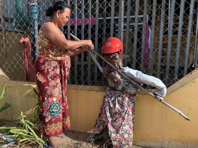 کمپوچیا میں کورونا وائرس کو بھگانے کے لئے دیہاتیوں نے انسانی دھوکے اور پتلے لگائے ہیں۔  فوٹو: ایم ایس این