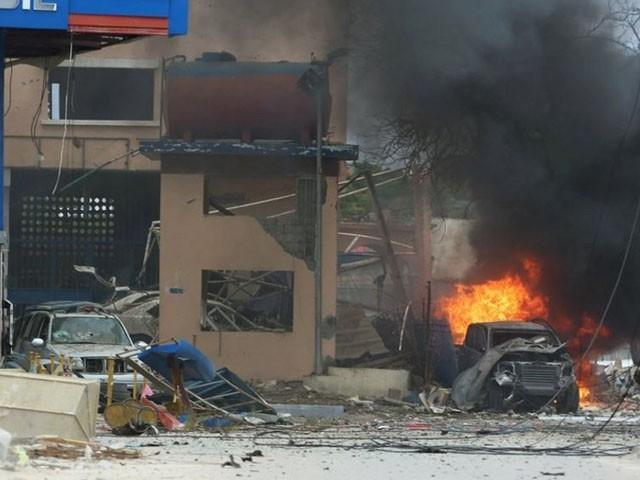 دھماکے میں آئس کریم پارلر کی عمارت اور آس پاس گاڑیوں کو بھی شدید نقصان پہنچا، فوٹو : فائل